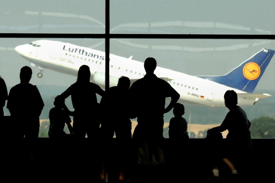 Monatelang hatten Besucher der Aussichtsetage im Dresdner Flughafen nur ein Stillleben vor sich. Jetzt könnte es wieder interessant werden.