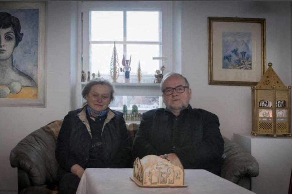 """Sabine Schubert und ihr Mann Siegmar haben es sich für das Foto auf der alten Ledercouch bequem gemacht. Aber nur kurz. Er muss los, und sie hat """"noch einiges auf der Halde liegen, das gemacht werden muss"""". Das Engagement des kunstinteressierten Ehepaares"""