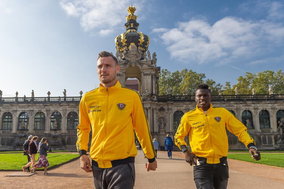 Florian Ballas und Moussa Koné schauen sich in der historischen Kulisse um.Foto: Matthias Rietschel