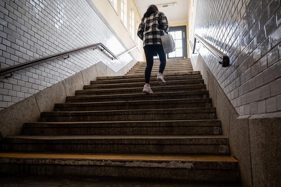 Ein Rollstuhlfahrer hat hier am Südausgang des Görlitzer Bahnhofs keine Chance, ohne Hilfe nach draußen zu gelangen. Das soll sich ändern.