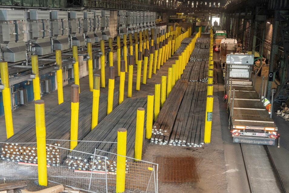 Gute Reise: Hier wird der Stabstahl von Feralpi auf Lkws verladen. Am Rand der Halle (im Bild vorn) wird gerade ein Tunnel gebaut.