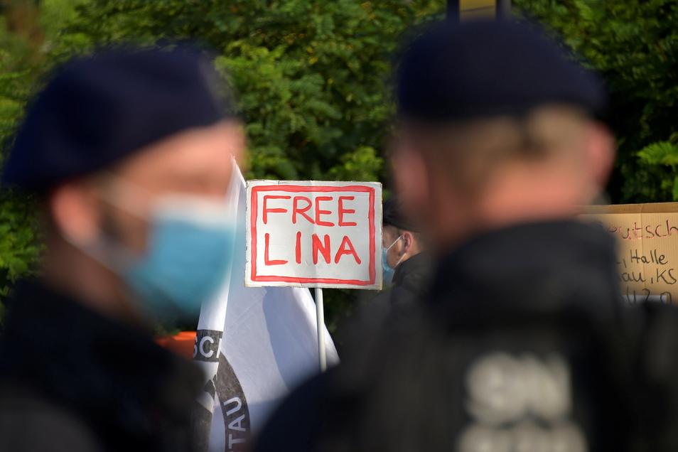 Seit einem Monat läuft der Prozess gegen Lina E. und drei weitere Männer. Ihnen wird vorgeworfen: Mitgliedschaft in einer kriminellen Vereinigung und schwerer Landfriedensbruch.