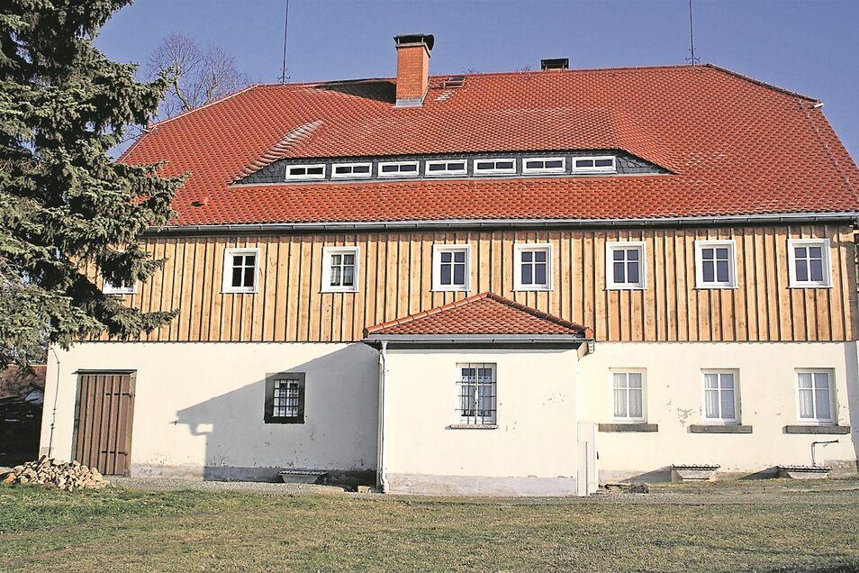 So präsentiert sich aktuell die bereits teilsanierte Südwest-Fassade des Kottmarsdorfer Müllerhauses. Das Obergeschoss wurde mit einem sogenannten Oberlausitzer Verschlag aus Lärchenholz versehen.