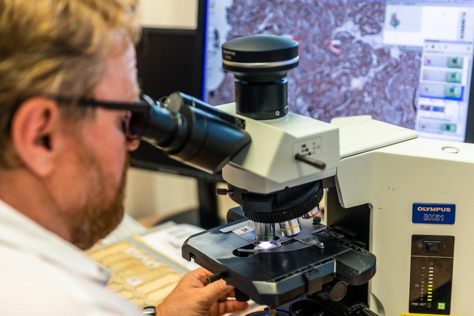 Im Seenland-Klinikum halten immer mehr digitale Lösungen Einzug. Hier arbeitet Chef-Pathologe Frank Dietrich mit digitaler Telepathologie.