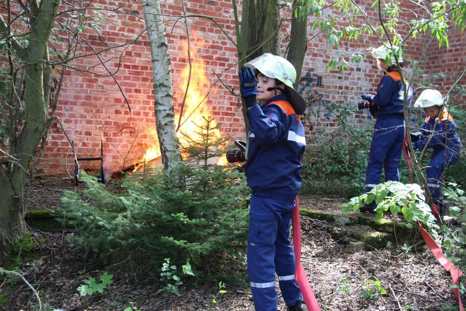 Bei ihrer 24-Stunden-Aktion hatten die Jugendfeuerwehrleute von Wilthen mit verschiedenen Herausforderungen zu kämpfen, unter anderem mit diesem Müllbrand.