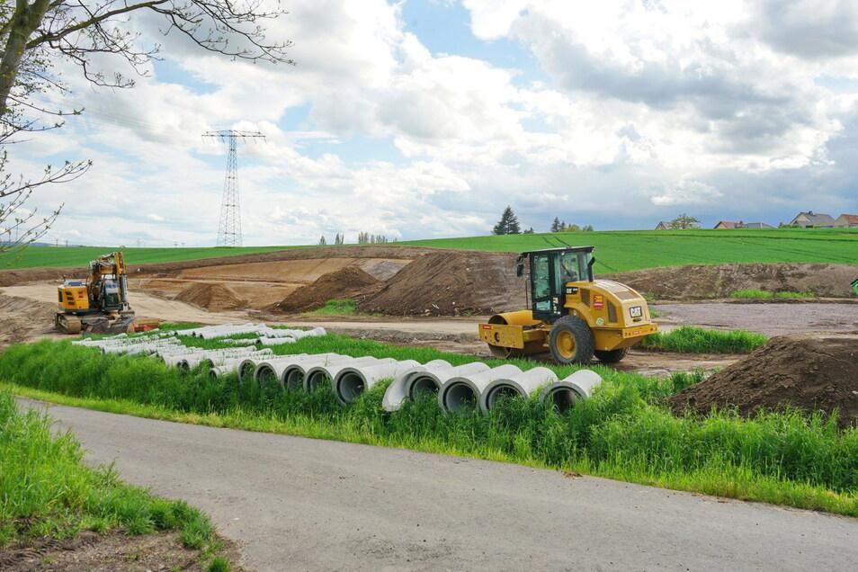 Ein Regenrückhaltenecken entsteht derzeit in Lommatzsch nahe der künftigen Südostumfahrung. Doch der Straßenbau muss noch warten.