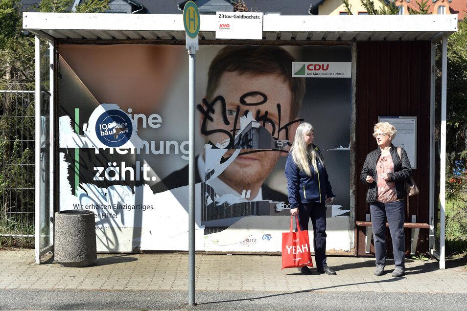 Zerstörte Wahlplakate, wie hier an der Zittauer Goldbachstraße, machen den Parteien auch finanziell zu schaffen.