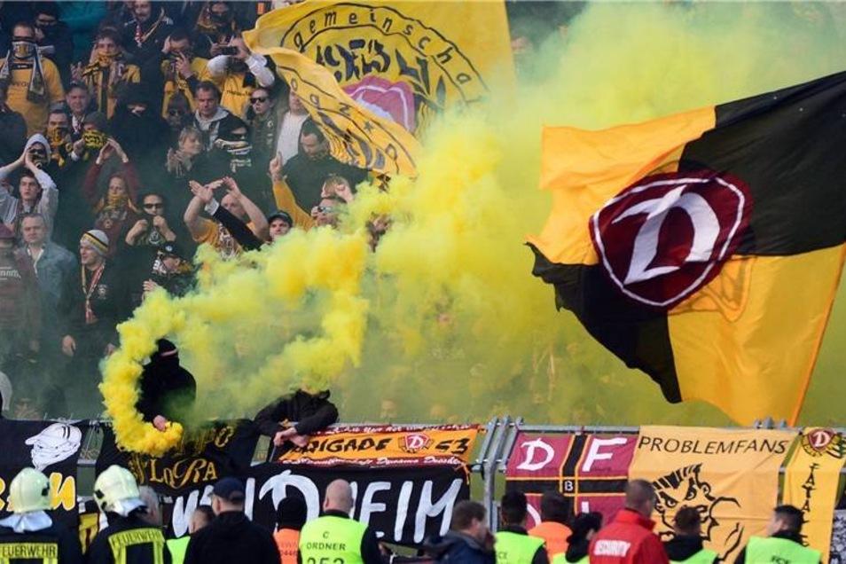 Qualm im Dynamo-Fanblock: Schiedsrichter Christian Dingert schaute drüber hinweg und ließ das Spiel weiterlaufen.