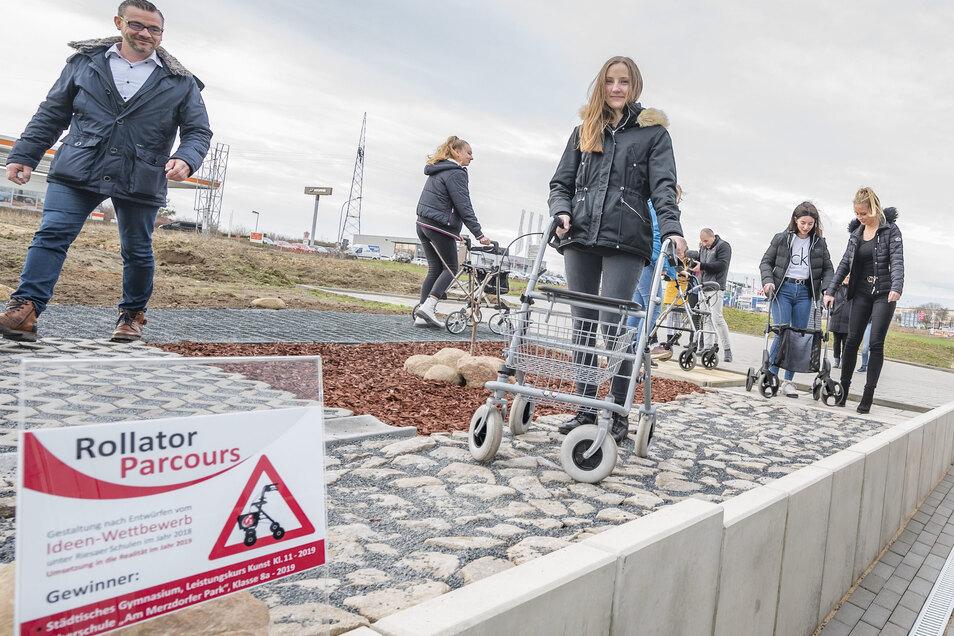 Hanna Wolf testet den Rollator-Parcours am Sanitätshaus Hetke & Sengewitz, den sie mit entworfen hat. Geschäftsführer Andreas Hetke (links) ist froh über die Einfälle der Jugendlichen.