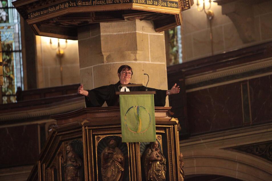 """Uta Krusche-Räder bei ihrer Abschiedspredigt in St. Marien: """"Am liebsten würde ich euch alle umarmen."""""""