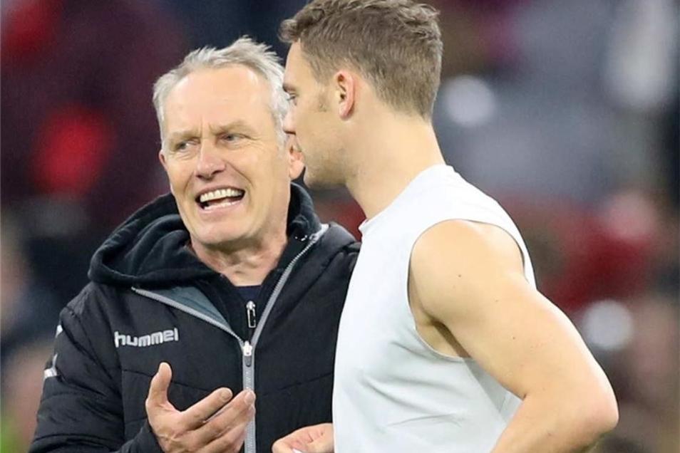 Nette Geste: Trainer Christian Streich (l.) bekommt das Trikot von Manuel Neuer.