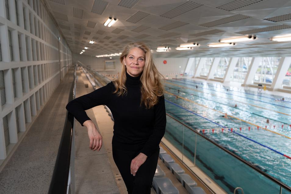 Die dreifache Olympiasiegerin Rica Reinisch im neuen Dresdner Schwimmsportkomplex. Sie blickt, trotz Doping-Erfahrungen, mit viel Freude auf ihre aktive Zeit zurück.