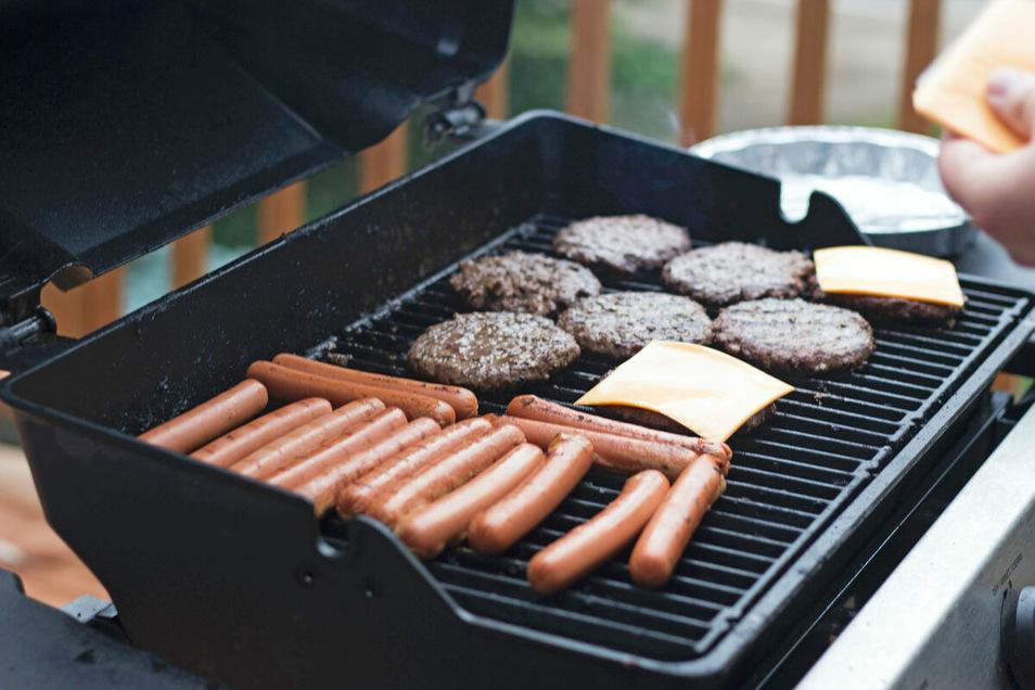 Grillen mit Gas ist gesund und lecker. Wer einen Gasaußenanschluss auf der Terrasse hat, muss dafür nicht einmal mehr schwere Gasflaschen schleppen.