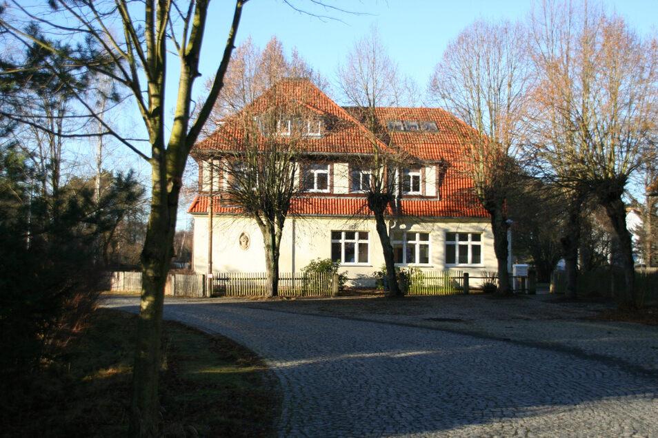 Dieses im Landkreis-Eigentum befindliche leerstehende Wohnhaus in der Wiednitzer Ortslage Heide gehört dem Landkreis Bautzen. Der will sich davon trennen.
