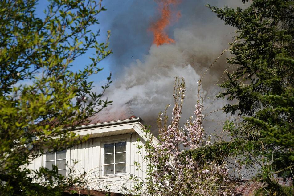 Die Flammen breiteten sich schnell aus.
