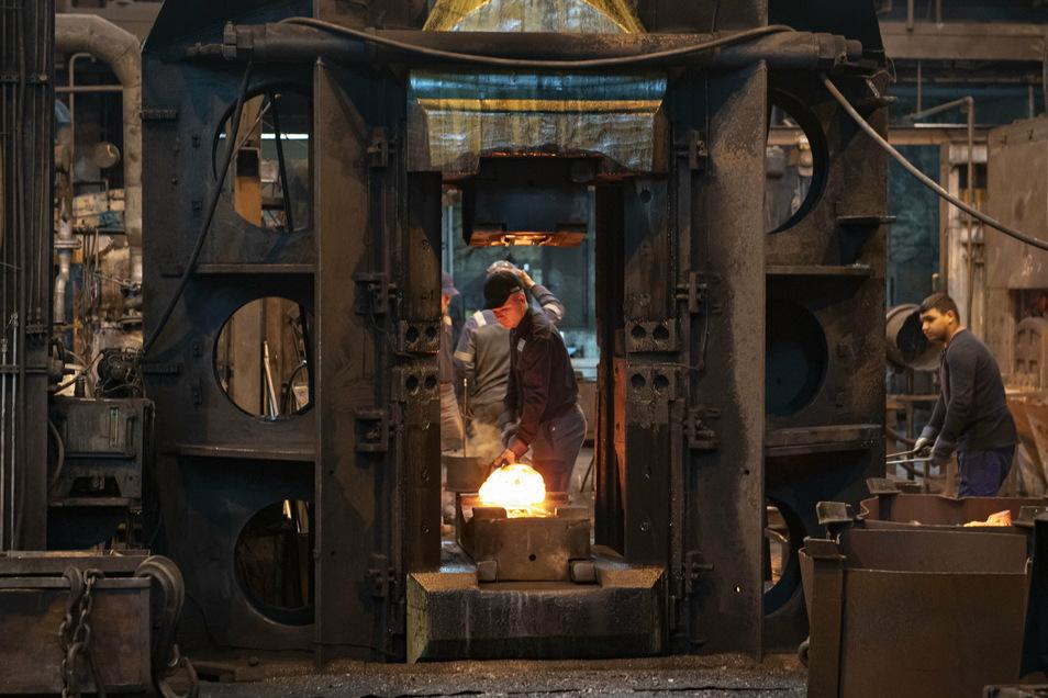 Seit 125 Jahren wird in der Großenhainer Gesenk- und Freiformschmiede GGF Großenhain Stahl geschmiedet. Doch die Zeit der körperlich schweren Arbeit geht vorbei.