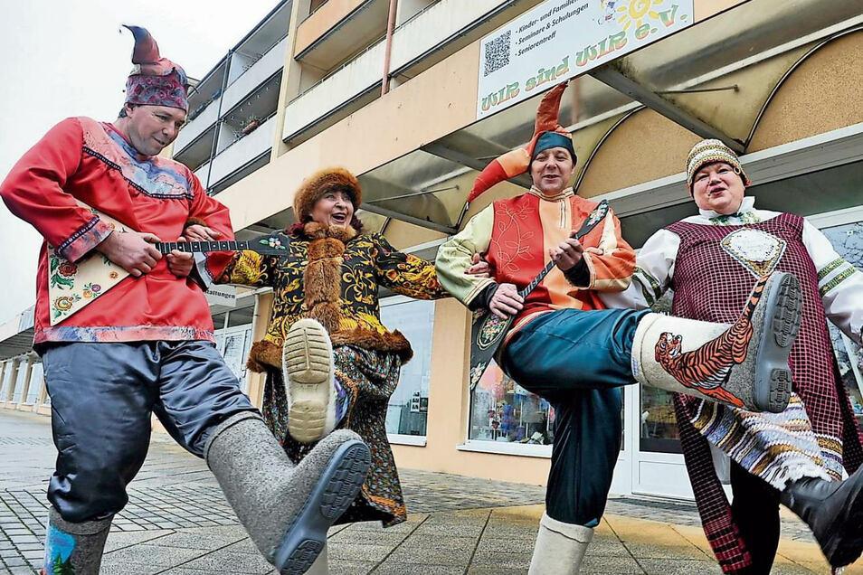 Was wäre die Maslenitza ohne bunte Kostüme? Viktor, Nina, Alexander und Nadia kommen kaum aus ihrer Schneiderstube raus.