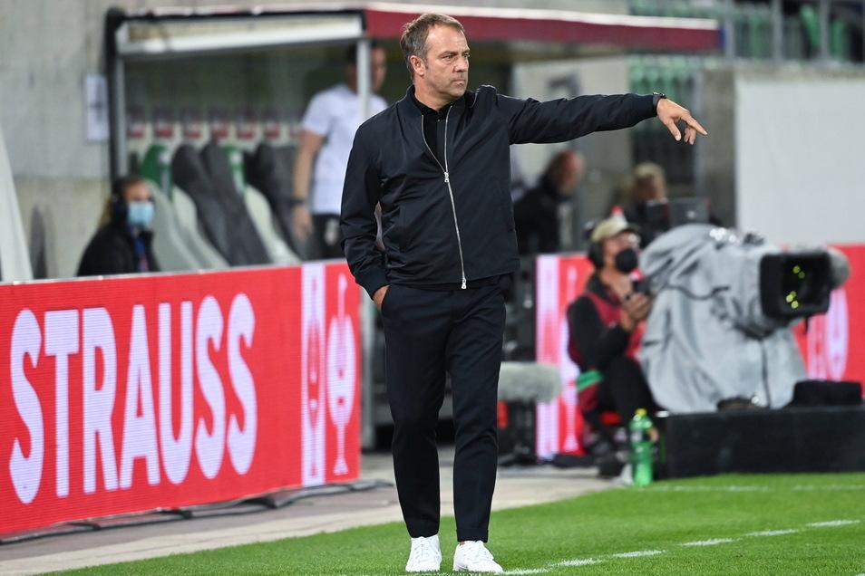 """Musste in St. Gallen erkennen, dass """"aller Anfang nicht immer ganz einfach ist"""": Bundestrainer Hansi Flick gibt bei seiner Premiere gegen Liechtenstein Anweisungen an seine Spieler."""