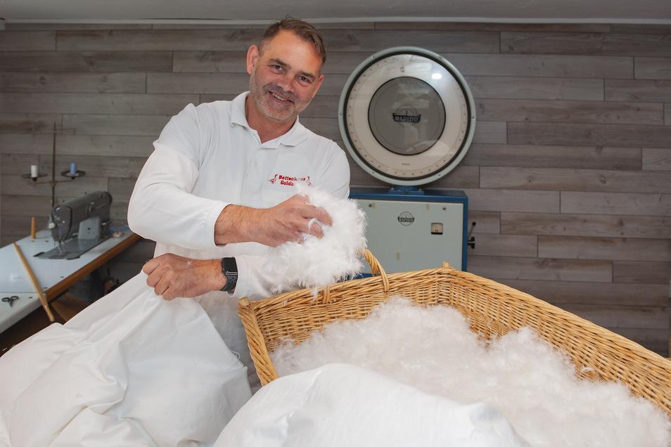 Thomas Goldbach vom gleichnamigen Bettenhaus stellt auf dem Markt moderne Upcycling-Technik vor.