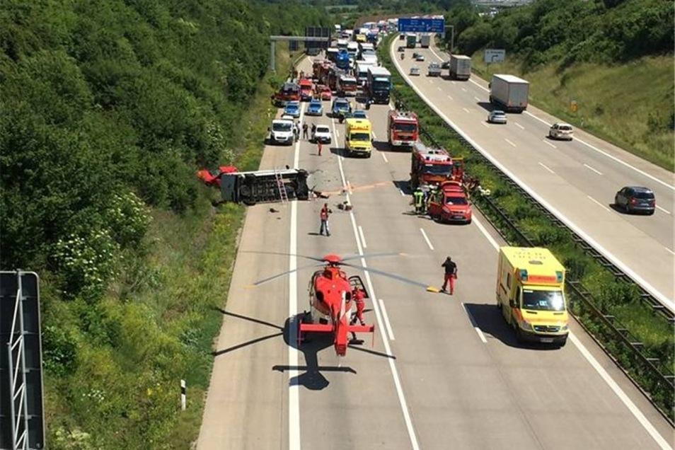 Die beiden Feuerwehrmänner, die mit dem Opel unterwegs waren, erlitten schwere Verletzungen.