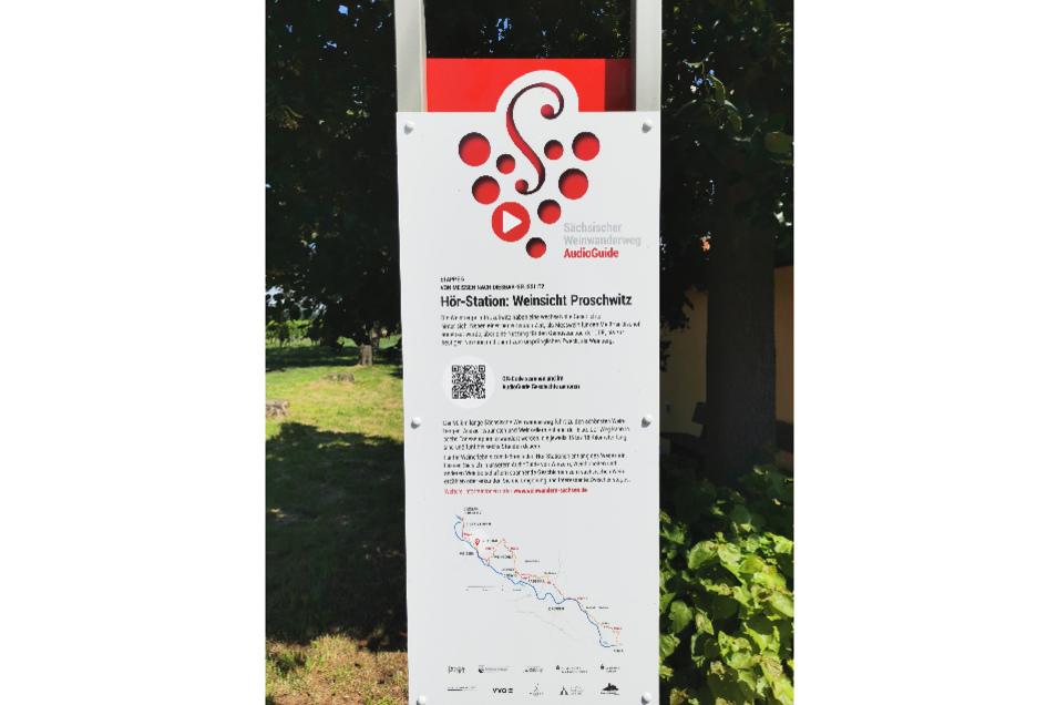 """Hörstation des Aussichtspunktes """"Weinsicht Proschwitz"""" mit QR-Code zum Scannen."""