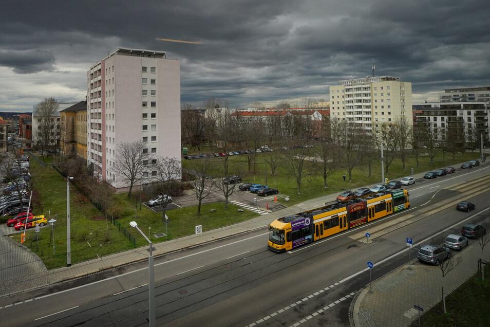 Ein Hochhaus (rechts) gehört Vonovia schon. In der Lücke zum Genossenschaft-Hochhaus (links) soll nun ein Neubau entstehen.