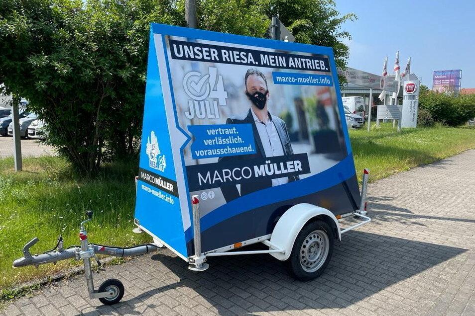 Gerade erst aufgestellt, schon beschädigt: ein Wahlkampf-Anhänger von Marco Müller, der eine zweite Amtszeit als Riesaer OB anstrebt.