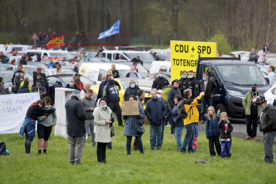 Dicht aneinandergereiht standen die 282 Autos auf dem Parkplatz am Kux in Großschönau.