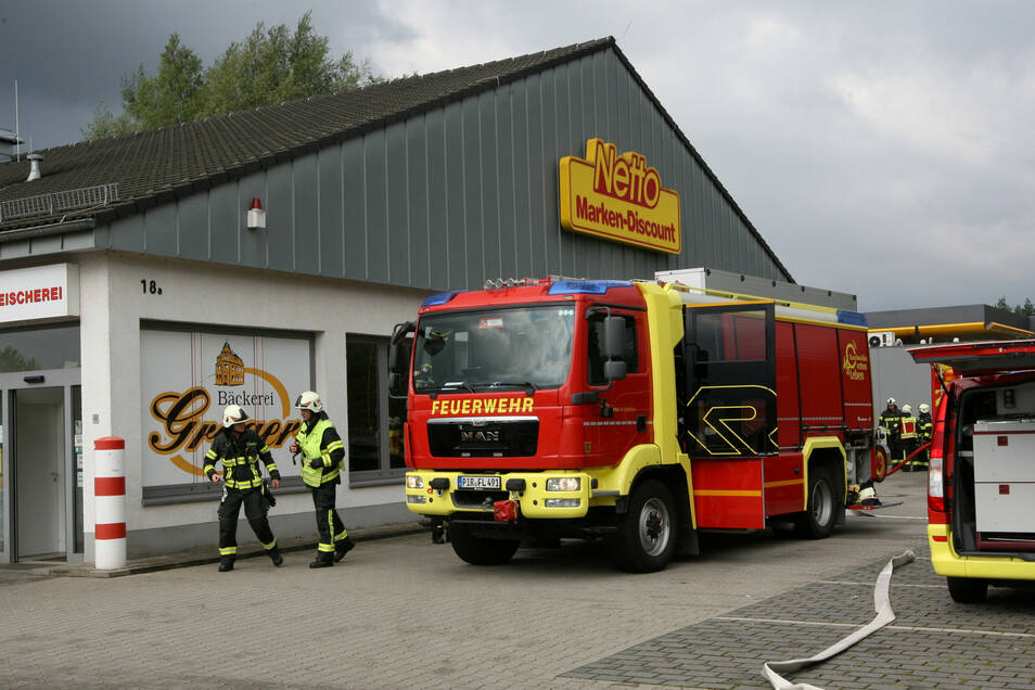 Nach einem Elektrobrand muss der Netto-Markt in Pirna-Copitz geschlossen bleiben.