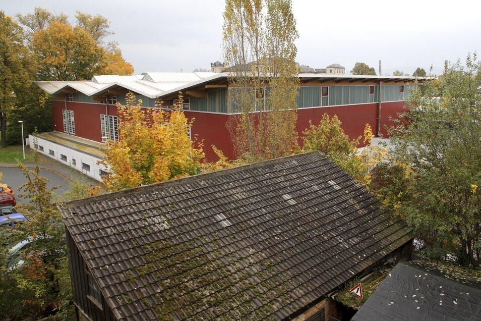Ende der 1990er Jahre verschwand das Betriebsgebäude und mittlerweile prägt die Sporthalle des Beruflichen Schulzentrums Zittau diesen Bereich.