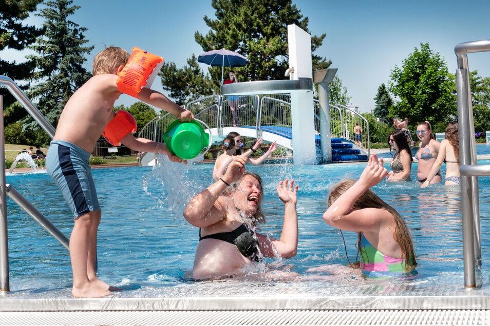 Familie Rokitt aus Ottendorf fühlt sich im Strehlaer Bad sehr wohl.