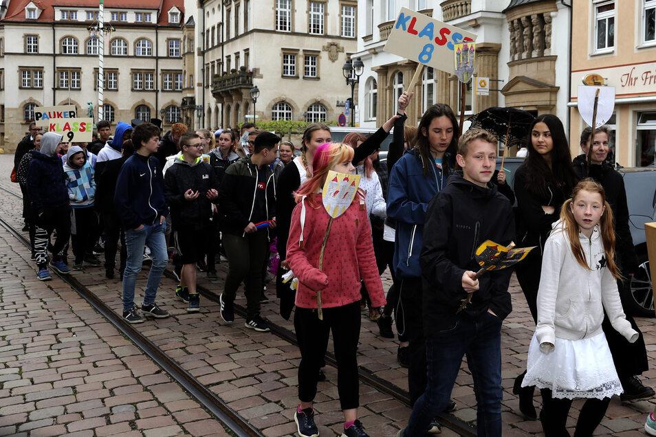Die Schlossbergschüler gestalten ein kleines Programm. Es erinnert an den Bau und die Einweihung der Schule.