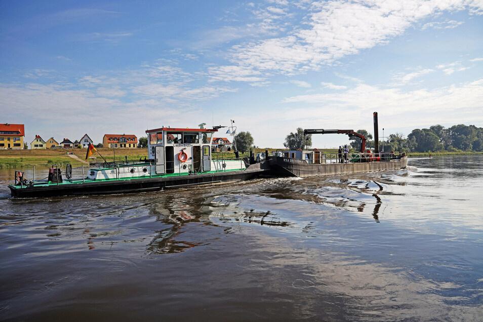 """Das Schubschiff """"Weißeritz"""" ist mit dem Arbeitsprahm vor Promnitz unterwegs. Das Schiff ist Baujahr 1962, wurde aber 2001 komplett umgebaut."""
