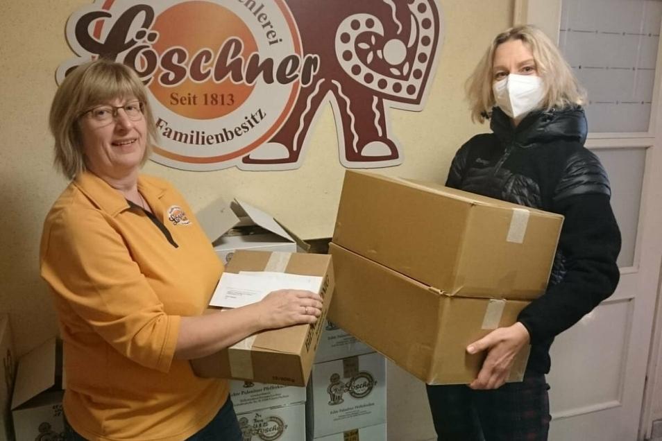 Die Pfefferküchlerei Löschner aus Pulsnitz übergab jetzt etwa 80 Pfefferkuchen-Rohlinge an Franziska Krah (r.) von der Mitarbeitervertretung des Kamenzer Malteser Krankenhauses.