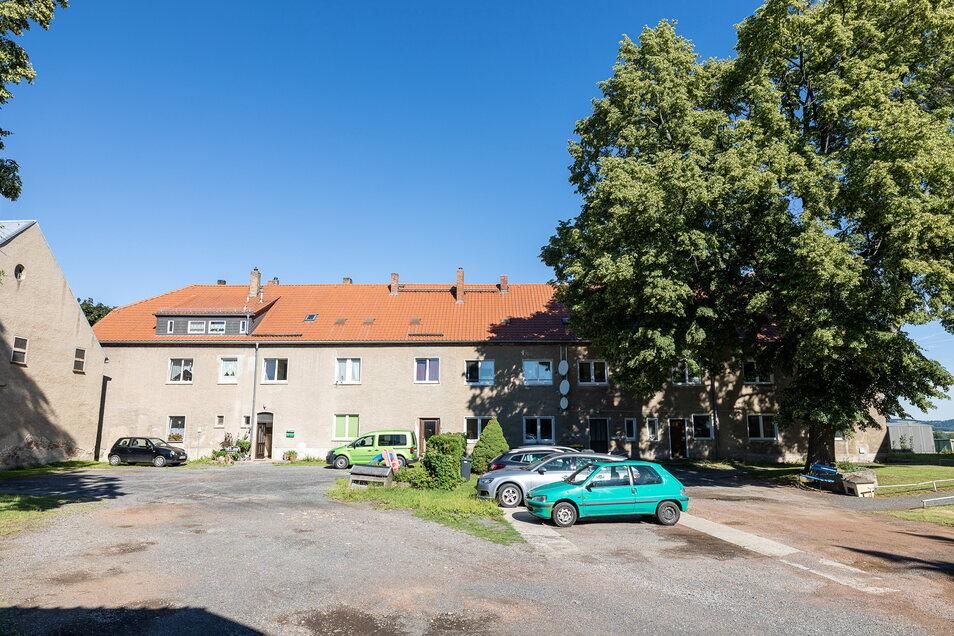 Die Wohnanlage Am Hofeberg in Cunnersdorf bekommt einen neuen Besitzer. Die Uhrenstadt hat sie an einen Bauunternehmer verkauft.