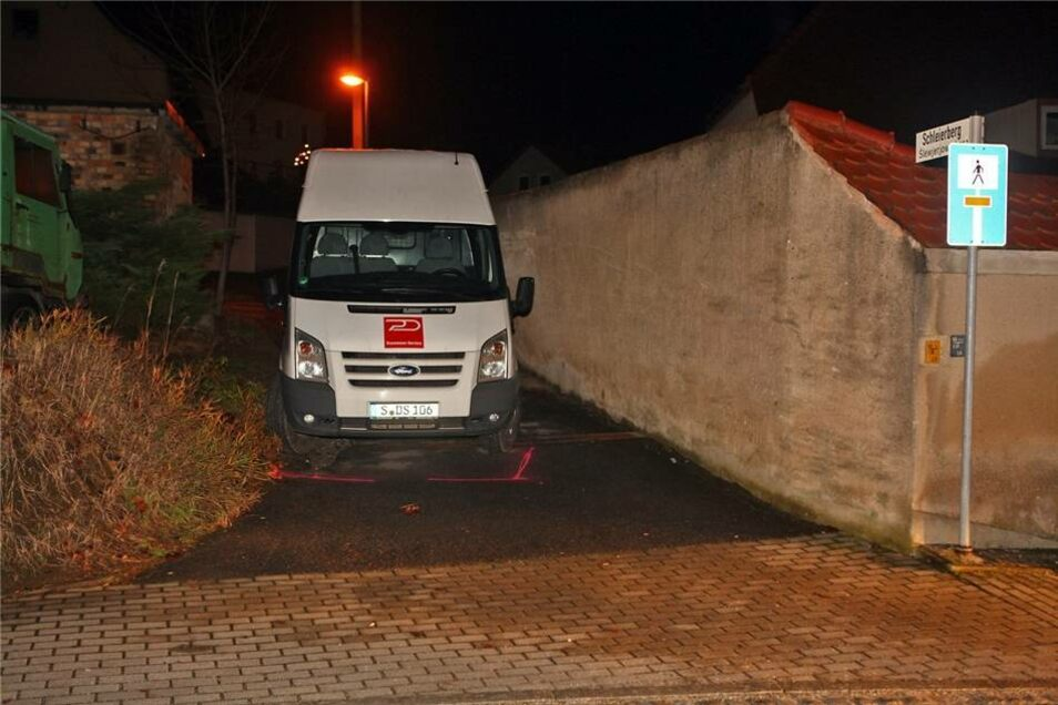 Der Mann den Ford Transit rückwärts in einer Grundstückszufahrt abgestellt und war ausgestiegen.
