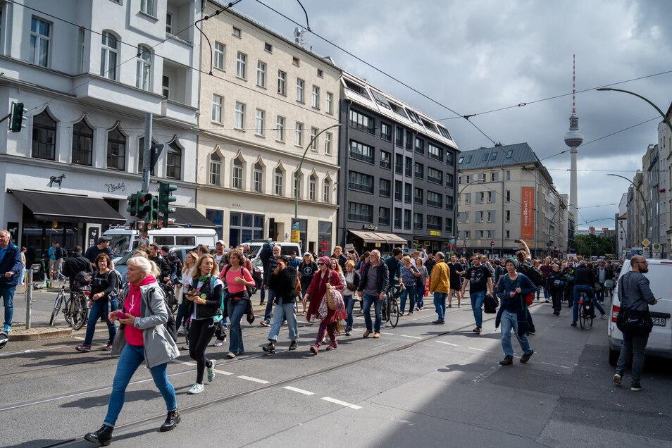 Aus Protest gegen die Corona-Politik ziehen Demonstranten durch Berlin.