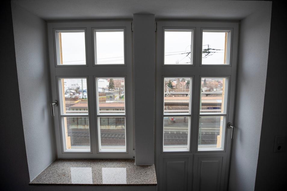 Blick auf den Bahnhof: Sind die Fenster geschlossen, hört man die Züge nicht. Anders auf den Balkons.