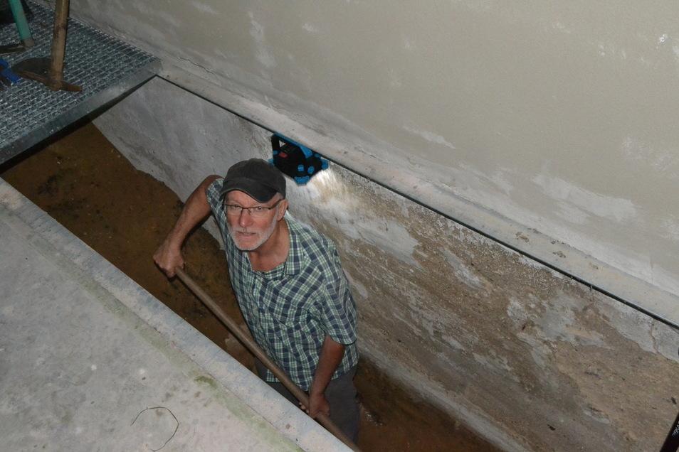 Auf die richtige Luftfeuchtigkeit kommt es an: Naturschützer Klaus Richter beim Ausheben der Kellergrube für die Wintergäste.