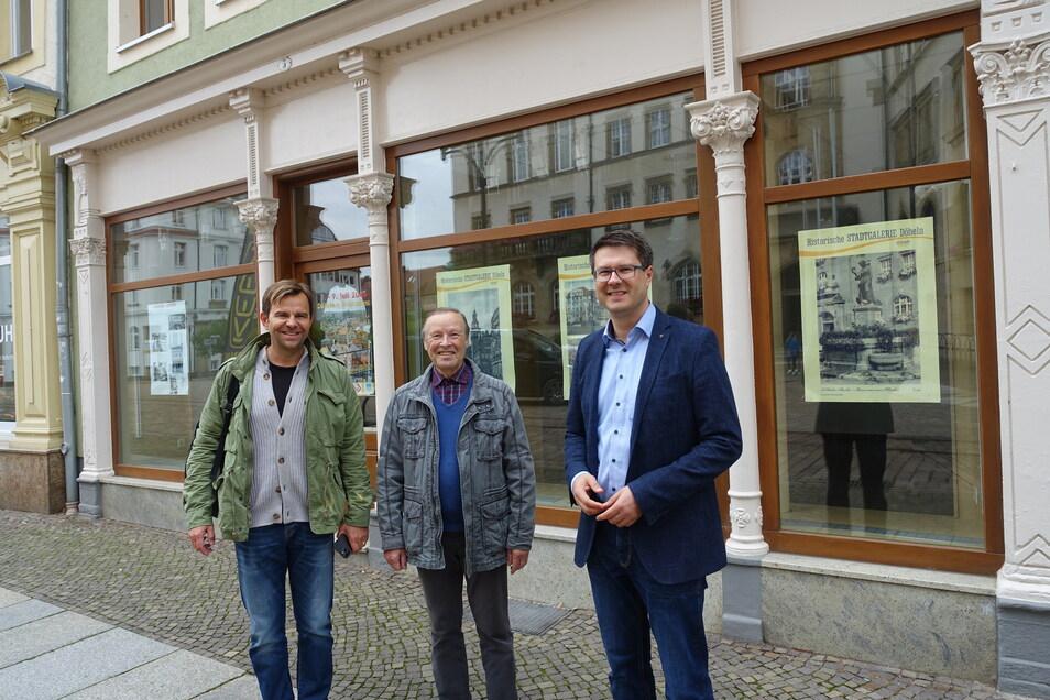 Karls-Chef Robert Dahl (von links) steht mit dem Vermieter Frank Richter und Oberbürgermeister Sven Liebhauser vor dem künftigen Karls-Geschäft am Döbelner Obermarkt.