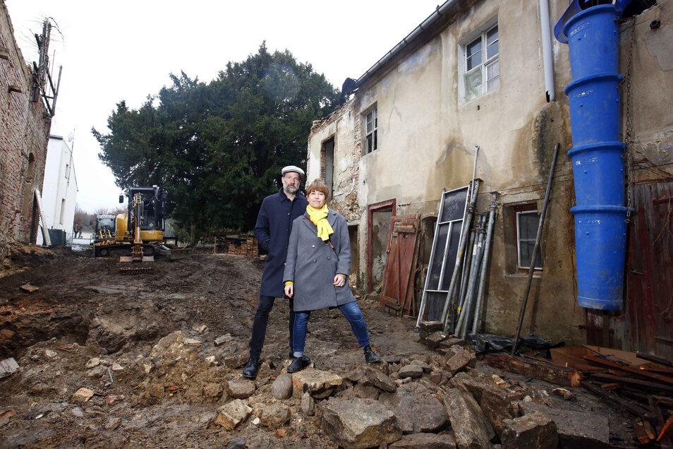 """Die erste Bauphase """"Abriss & Entkernung"""" ist angelaufen. Anne Hasselbach und Jan Eickhoff sind die Bauherren. Zwischen der ehemaligen Motorenfabrik (l.) und der Baderei (r.) ist der Blick auf die 500-jährige Eibe im Garten bereits frei."""