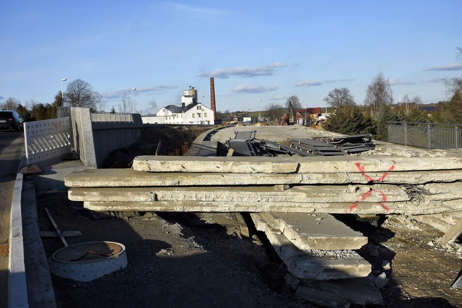 Dort, wo früher der Verkehr hinübergerollt ist, versperren noch Betonblöcke den Weg. Bald sind auch die nicht mehr notwendig, denn die alte Brücke wird abgerissen.