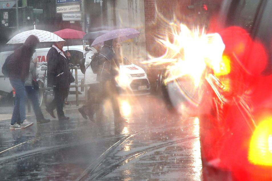 Strömender Regen bei Temperaturen um 13 Grad Celsius behindern den Straßenverkehr auf den Straßen der Hauptstadt.