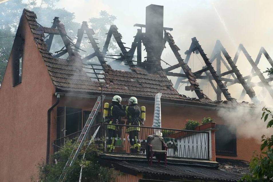 Die Polizei hat ihre Ermittlungen zur Brandursache aufgenommen.