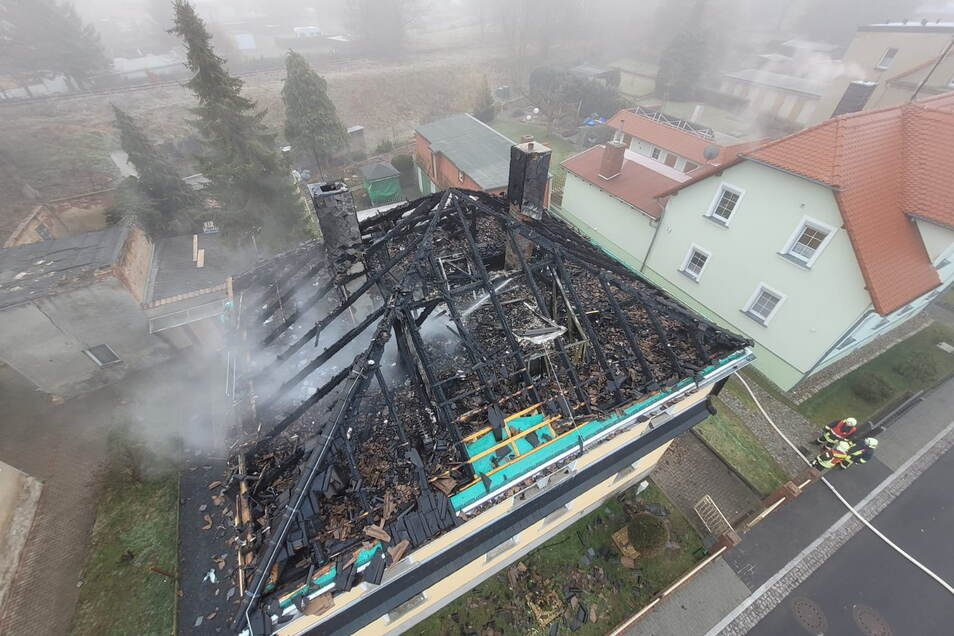 Blick auf das Haus am Dienstagmorgen: Der Dachstuhl ist völlig abgebrannt.