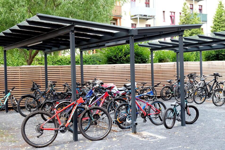 Ein überdachter Fahrradständer wurde neben der Schule errichtet.