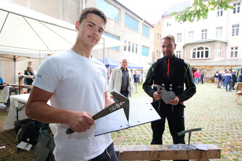 Florian Kürschner hat in diesem Jahr die Ausbildung bei Dachdecker Fischer GmbH in Rossau begonnen. Die beiden Handwerker stellten neben anderen ihr Können beim Hoffest des Gewerbevereins Waldheim vor.