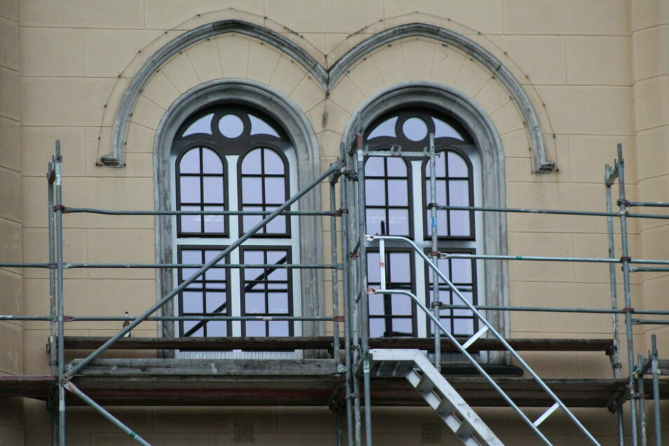 Die neuen Rathausfenster rufen Kritiker auf den Plan. Nun hat Zittaus OB sich dazu geäußert.