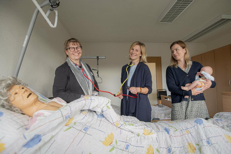 Auch die Fachlehrerinnen der neuen Berufsfachschule Pflegeberufe am BSZ Kamenz Anja Beutner, Mareen Presch und Anne Freud (v.l.) freuen sich über das neue Praxis-Kabinett. Am Modell (vorn) kann alles authentisch geübt werden.