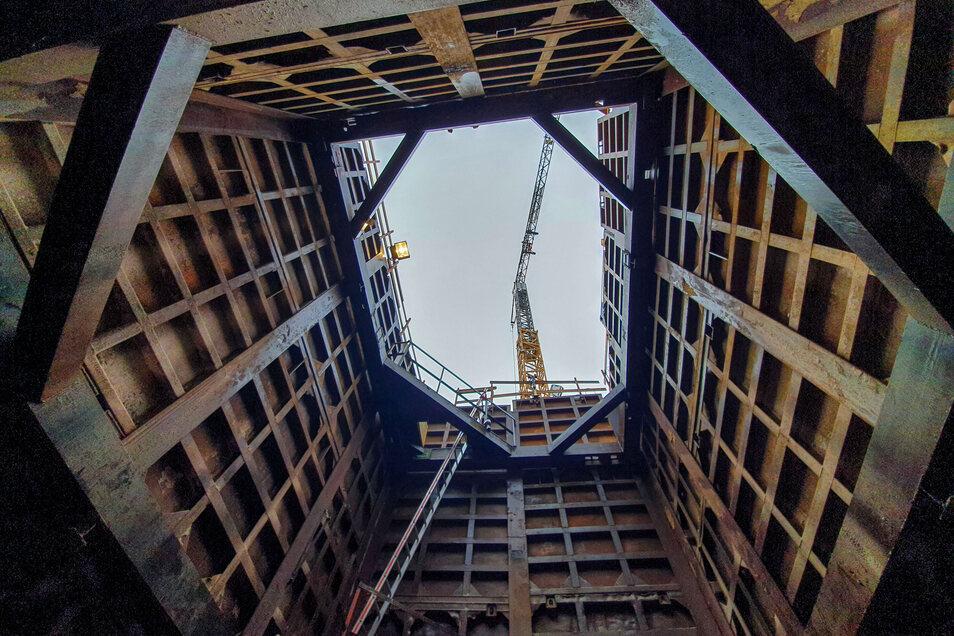 Das Bauende ist jetzt ist Sicht. Zum Abschluss werden auch die Baugruben wieder verfüllt.